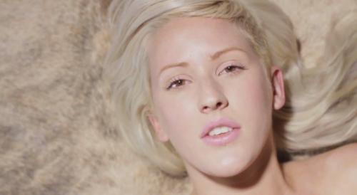 Ellie Goulding no clipe de Holding On